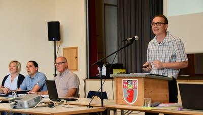 Vizepräsident Hanspeter Brauchli begrüsst 43 Stimmberechtigte an der Versammlung der Volksschulgemeinde Wigoltingen. (Bild: Werner Lenzin)
