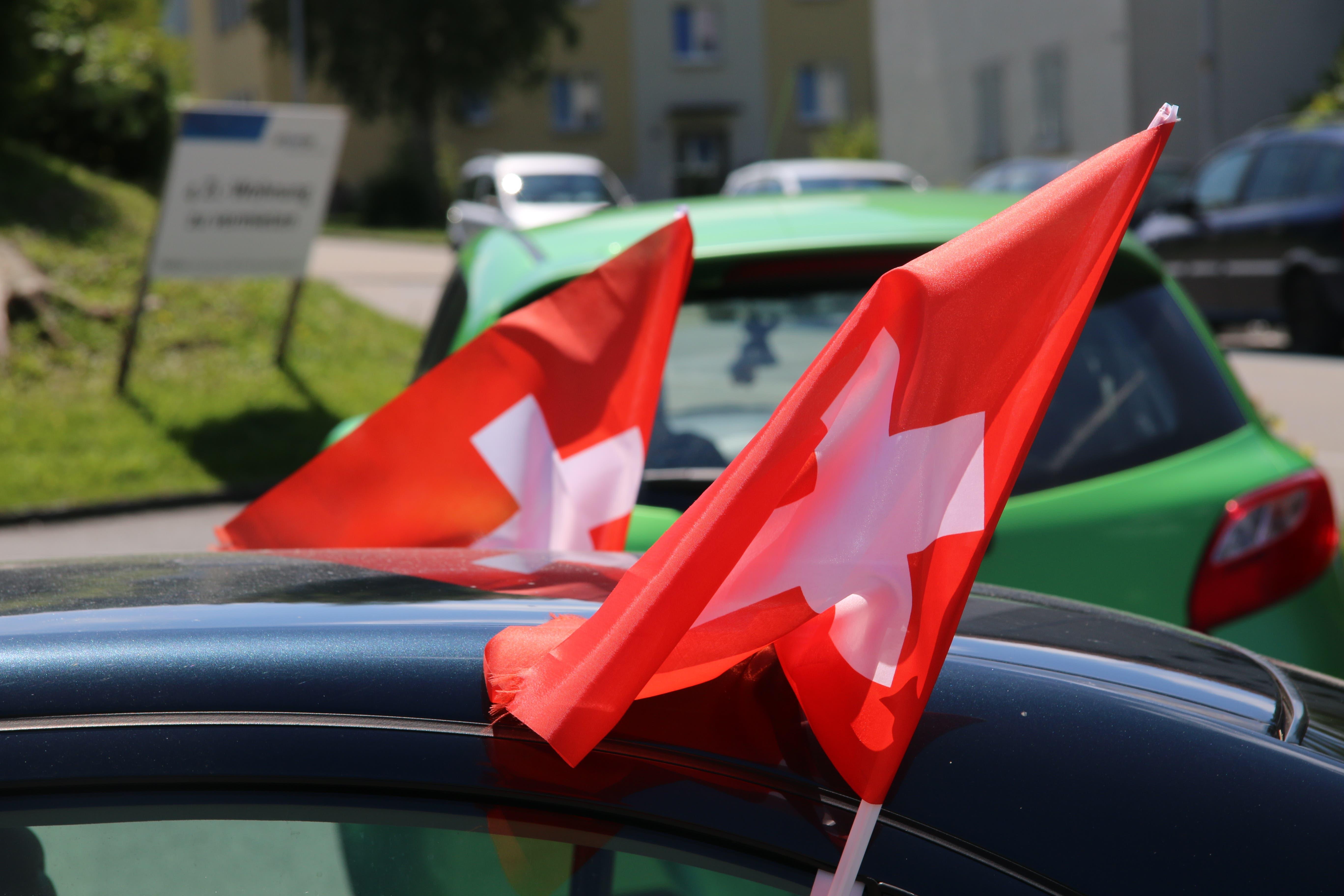 Auch dieser motorisierte Anhänger der Schweizer Nati geht auf sicher: Auto an der Fuchsenstrasse im Osten der Stadt.