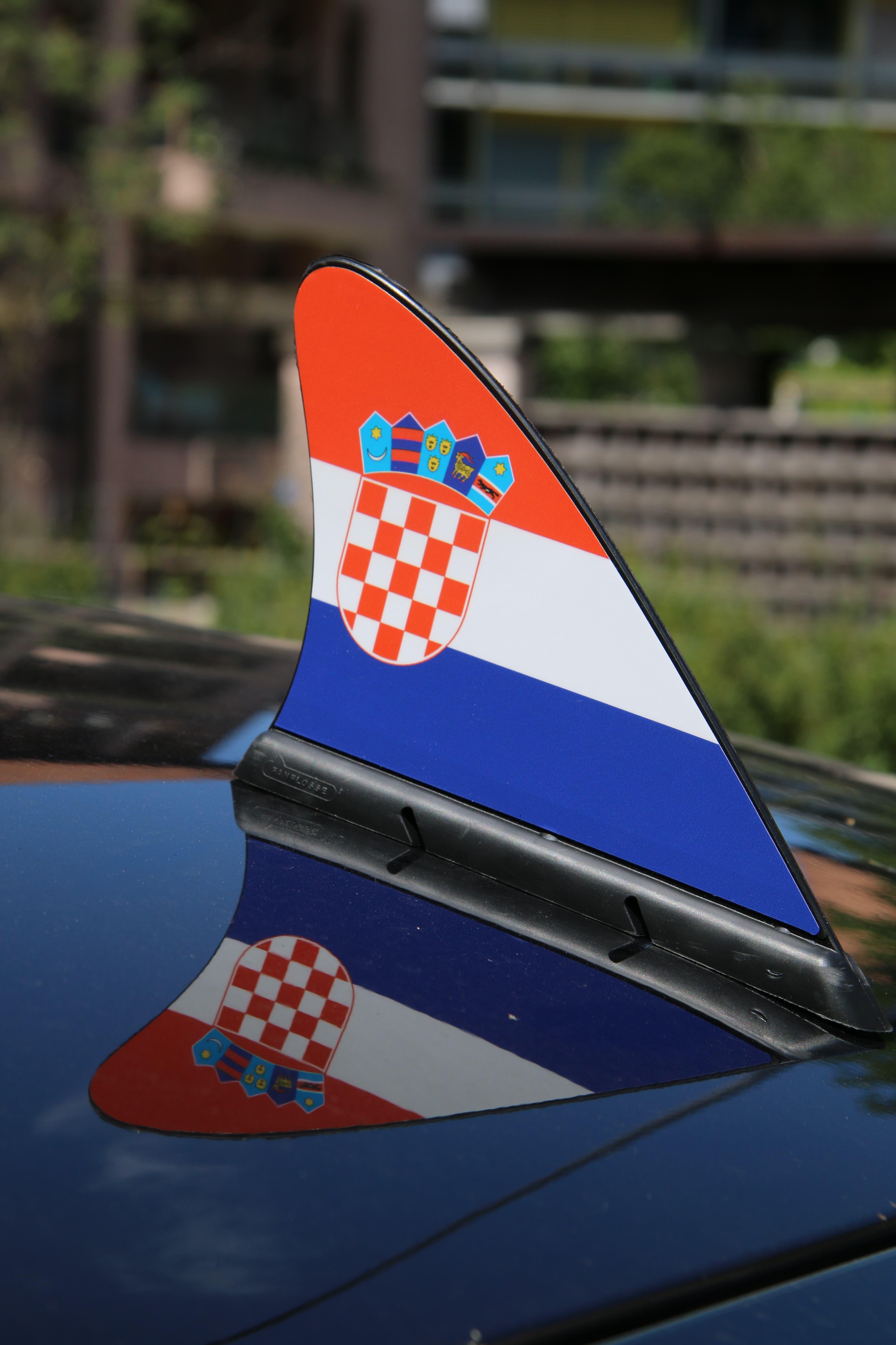 Das neuste Accessoir für den motorisierten Fussballfan: Die Haifischflosse fürs Autodach. In diesem Fall in den kroatischen Farben an der Martinsbruggstrasse.