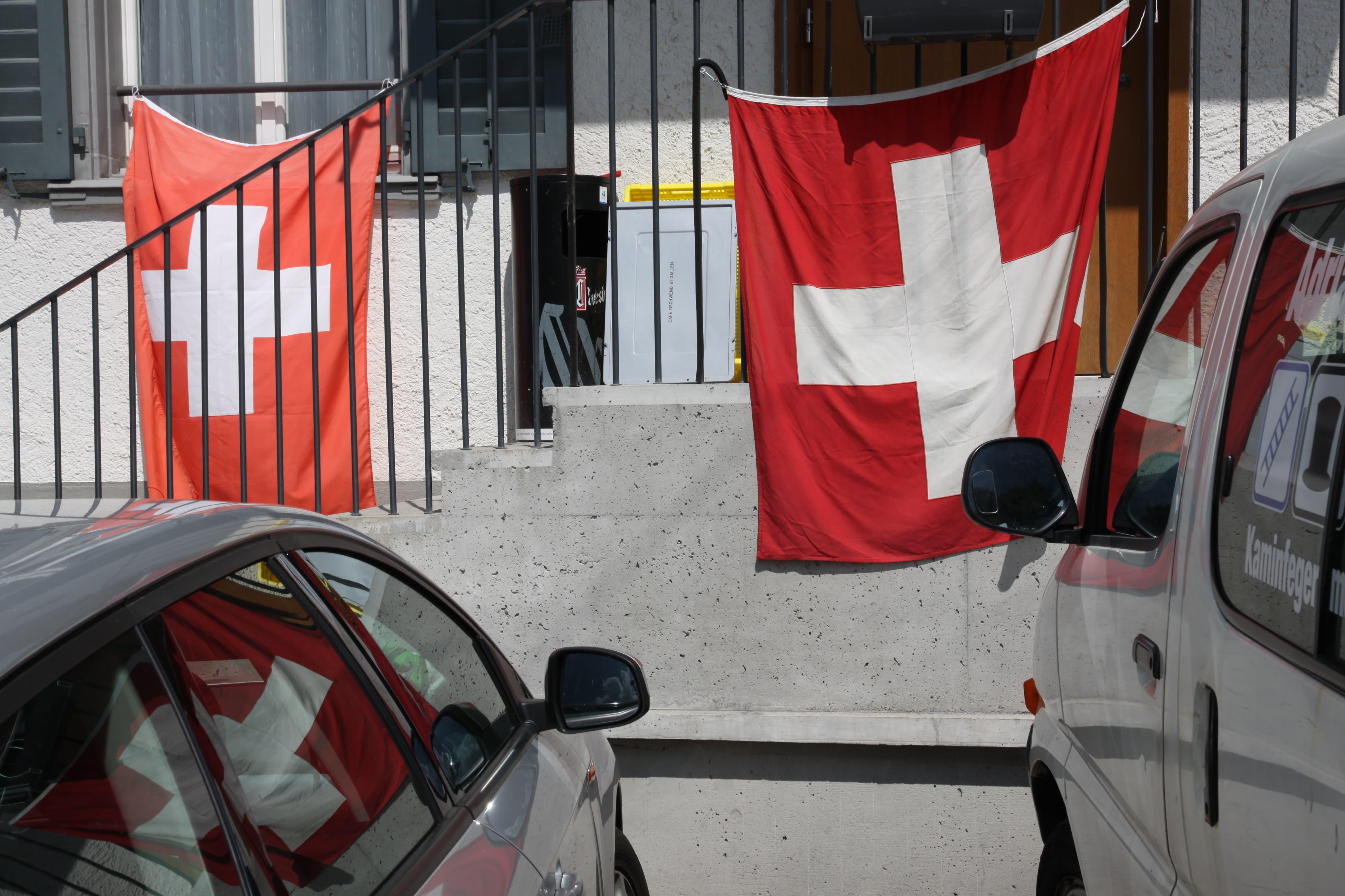 Doppelt beflaggt hilft sicher: Schweizer Fahnen am Eingang eines Restaurants im Lachen-Quartier.