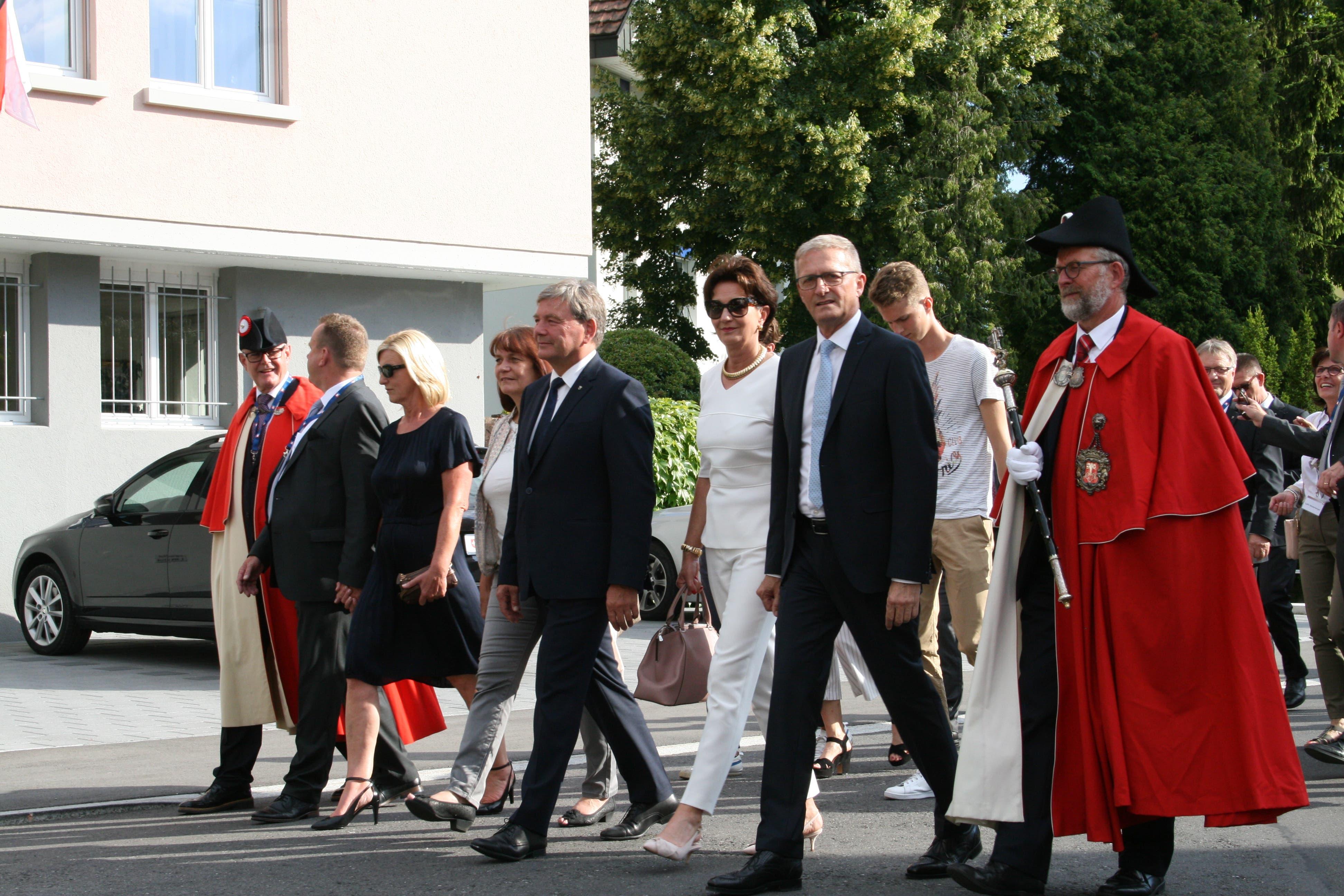 Die Hauptpersonen der Feier: Landammann Res Schmid (Mitte) und Landratspräsident Ruedi Waser (rechts davon mit hellblauer Krawatte). (Bild: Sepp Odermatt (Stansstad, 27. Juni 2018))