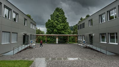 Die beiden modulen Schulbauten auf der Krauerwiese in Kriens. (Bild: Boris Bürgisser, 3.Juni 2016)