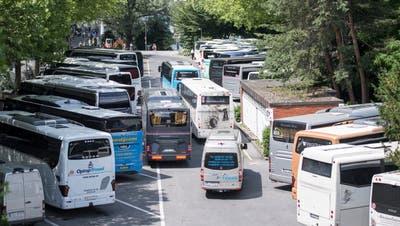 Wie soll die Luzerner Innenstadt vom Verkehr entlastet werden? Im Bild: Hochbetriebbeim Car-Parkplatz auf dem Inseli. (Bild: Urs Flüeler/Keystone (Luzern21. Juni 2018))