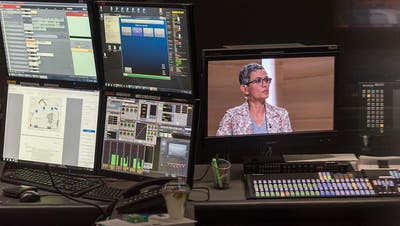 Blick in die Regie während der Aufzeichnung einer SRF-Sendung. Rund 250 Stellen sollen bei der Rundfunkanstalt SRG in den nächsten vier Jahren wegfallen. (Bild: Christian Beutler/Keystone)