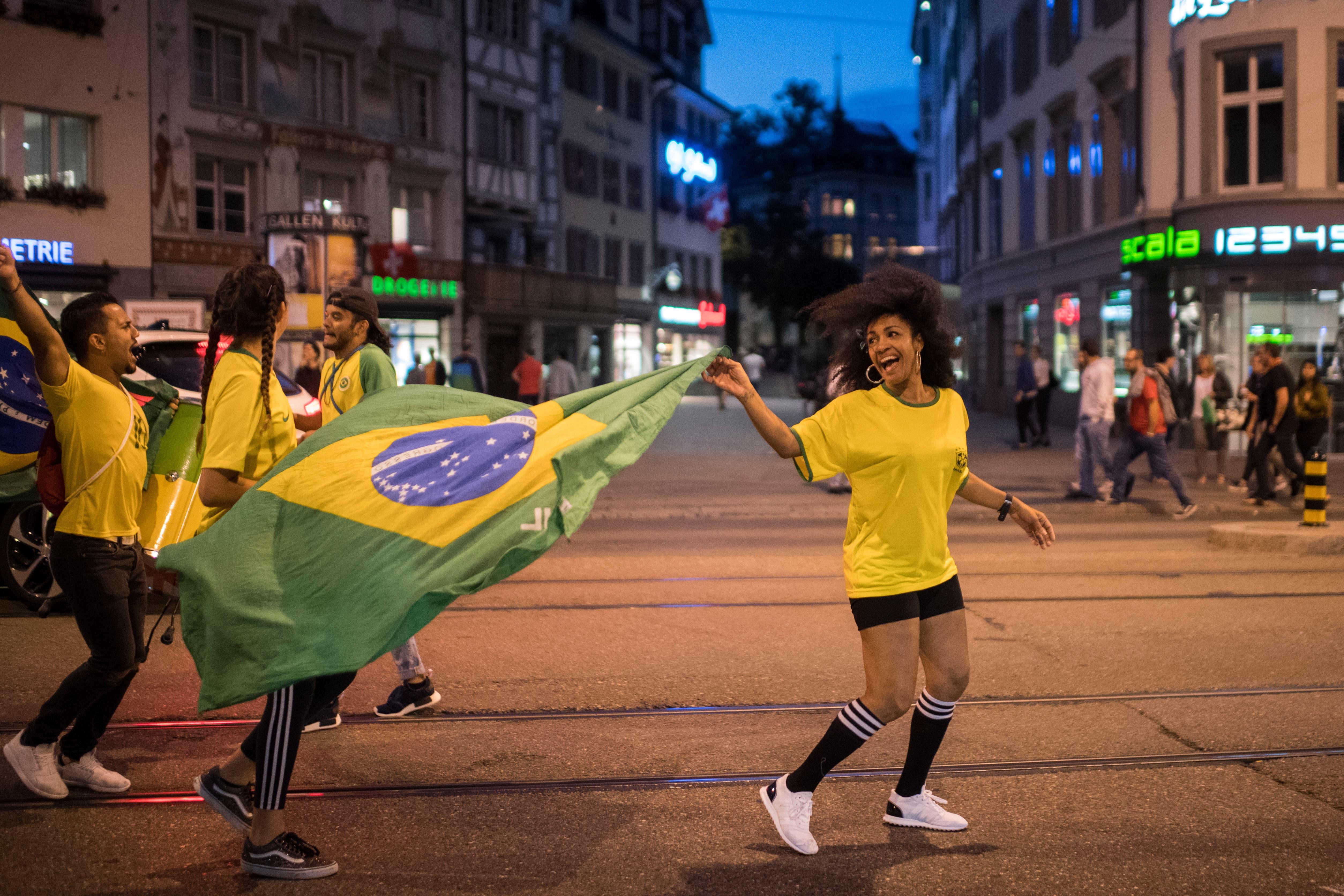 Donnerstag, nach 22 Uhr, auf dem Bohl in St.Gallen: Brasilianerinnen und Brasilianer feiern ausgelassen den 2:0-Sieg gegen Serbien und den Einzug ins Achtelfinal. Mit Fahnen, aber auch...