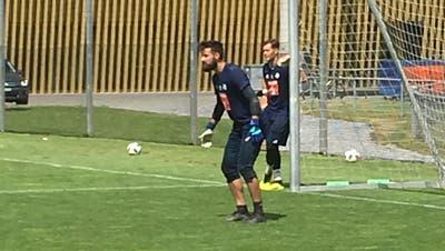 Der neue Goalie? Carlos Miguel trainierte am Freitag beim FCL neben der Swissporarena. Im Hintergrund David Zibung. (Bild: Daniel Wyrsch)
