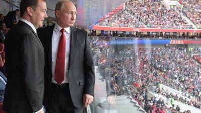 Der russische Premierminister Dmitry Medvedev (links) und Präsident Wladimir Putin verfolgen das Eröffnungsspiel zwischen Russland und Saudi-Arabien. (Bild: Alexei Druzhinin / Keystone, Moskau, 14. Juni 2018)