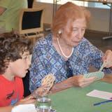 Schüler aus Amlikon vertiefen ihre Jasskenntnisse mit den Senioren aus dem Alterszentrum Bussnang. (Bild: Monika Wick)