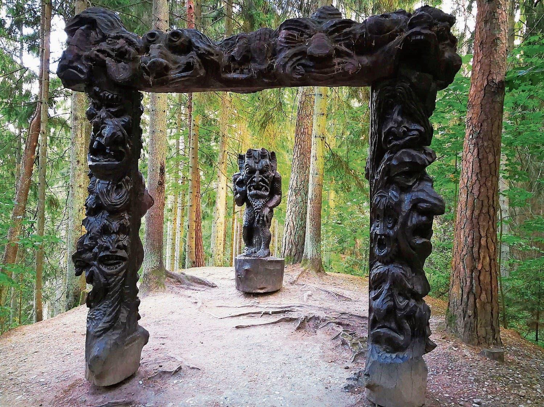 Auf dem Hexenberg: Die typischen Holzwimpel schmückten einst die Mastspitze der Segelkähne auf dem Haff.
