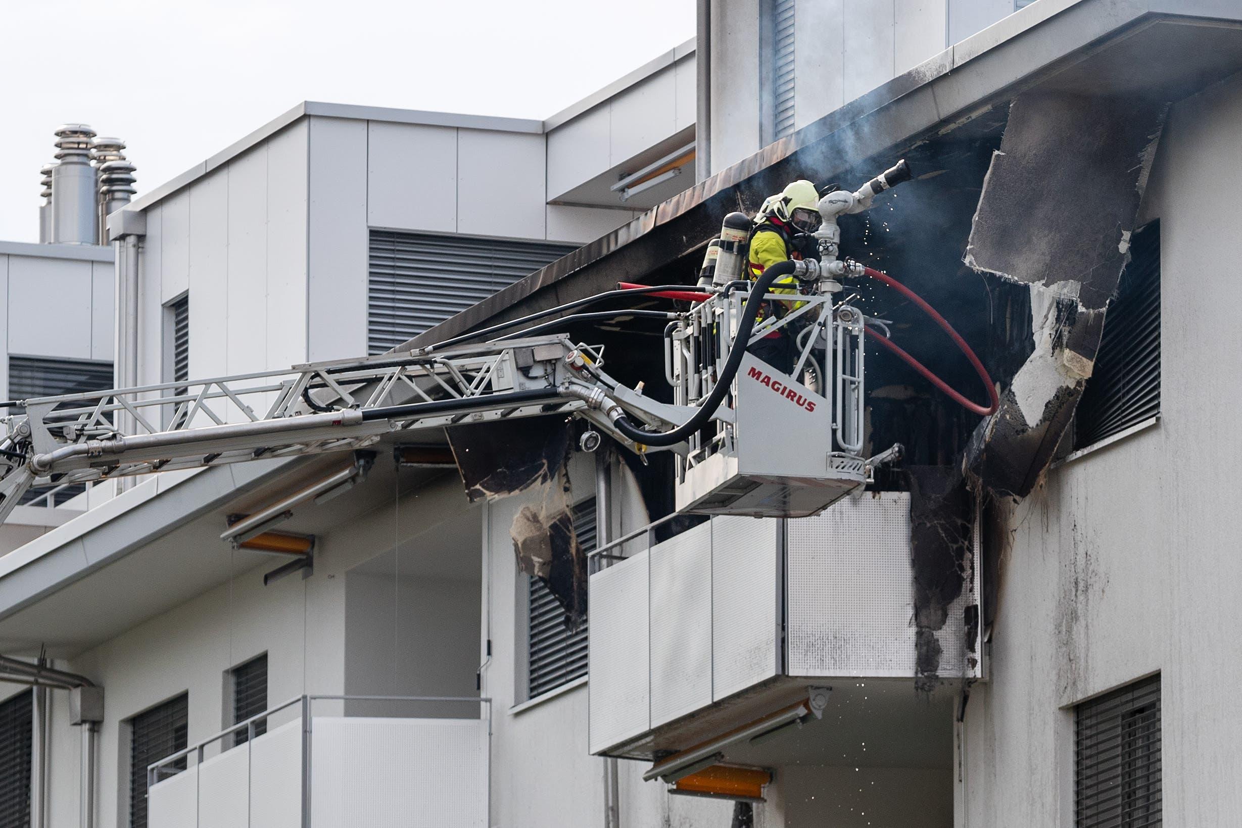 Die Feuerwehr ist im Einsatz in Kriens bei einem Wohnungsbrand. (Bild: Philipp Schmidli/LZ, Kriens, 3. Juli 2018)