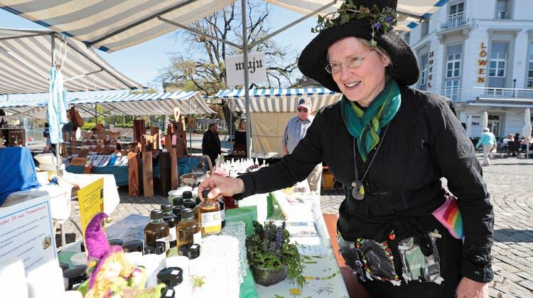 Am Zuger Handwerkermarkt auf dem Landsgemeindeplatz zeigt «Kräuterhexe» Brigitte Waser-Bürgiihre Produkte. Bild: Roger Zbinden (Zug, 21. April 2018)