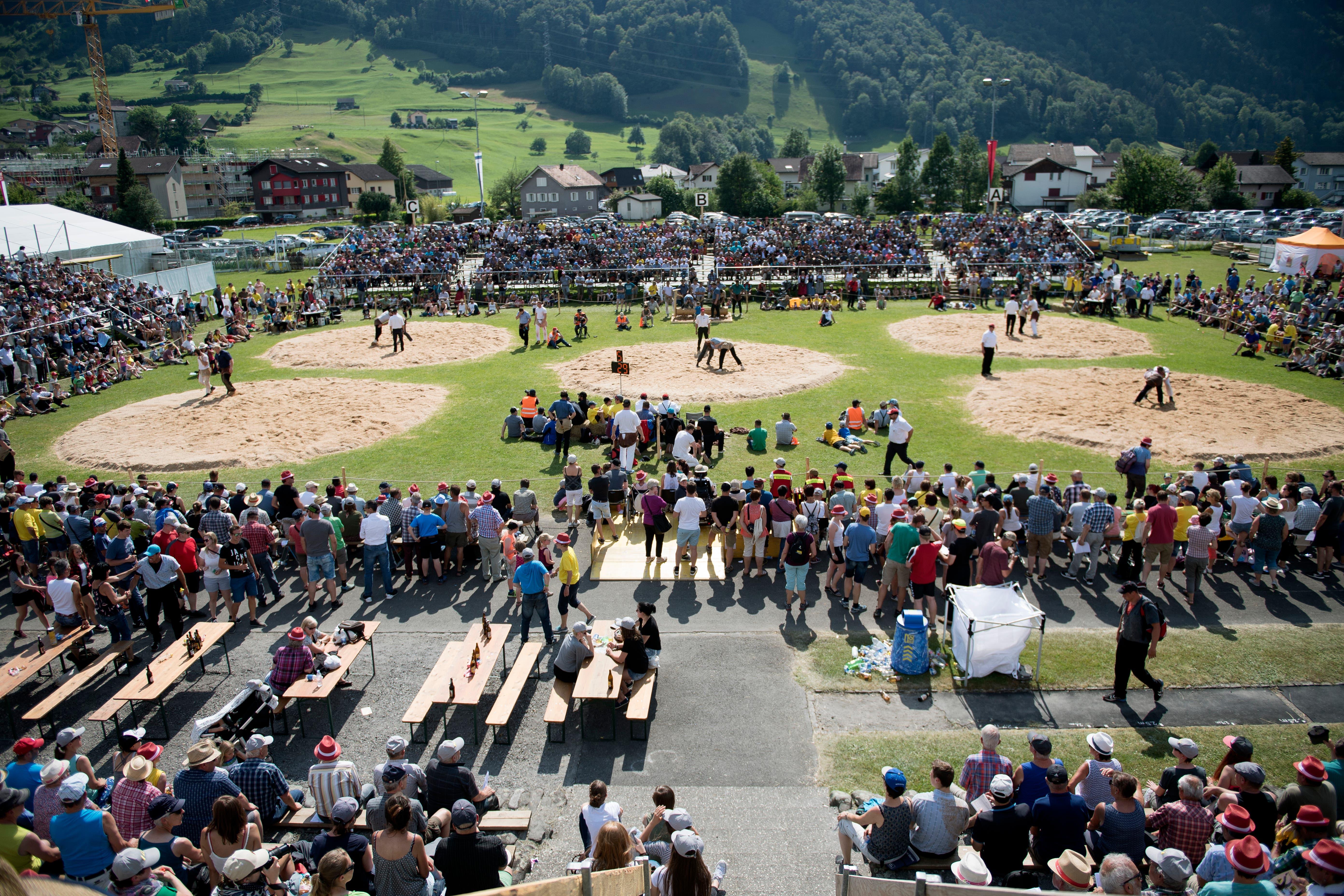 Der Sportplatz Attinghausen verwandelte sich am Sonntag in eine imposante Schwingarena. (Bild: Corinne Glanzmann, Attinghausen, 3. Juni 2018)
