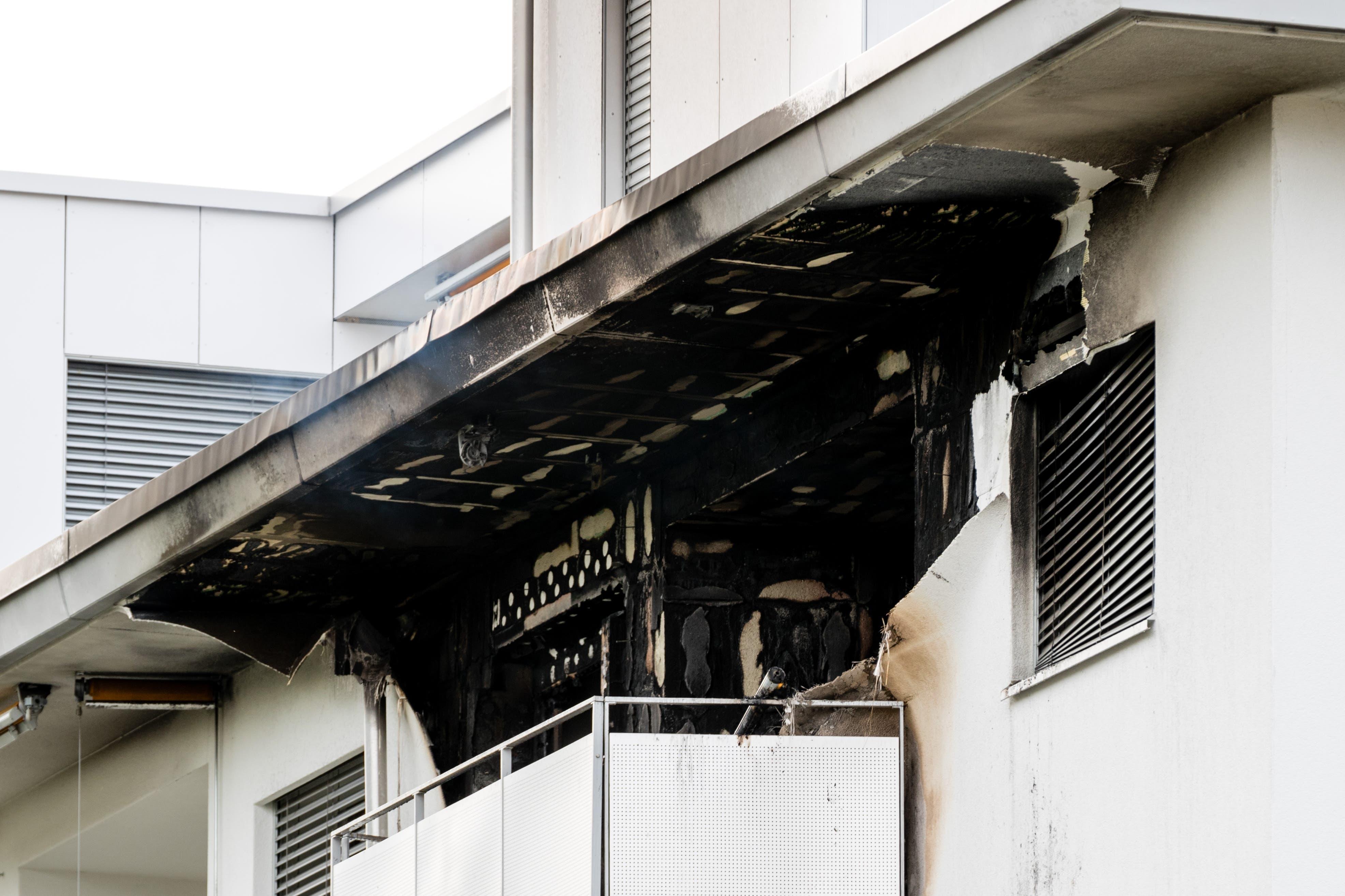 Die verkohlte Fassade nach dem Wohnungsbrand in Kriens. (Bild: Philipp Schmidli/LZ, Kriens, 3. Juli 2018)
