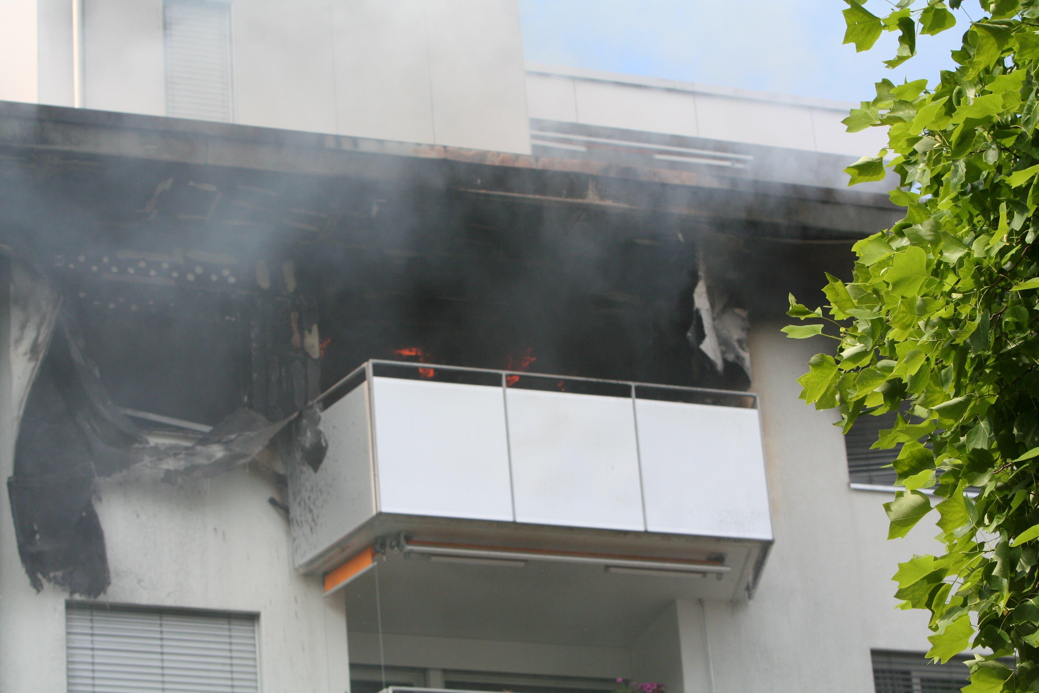 Die Fassade der betroffenen Wohnung in Kriens ist schwarz verfärbt. (Bild: Leserbild Walter Näf)