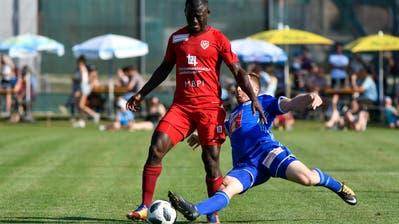 Mohamed Coulibaly (Vaduz) wird von Christian Schwegler (Luzern) angegriffen.(Foto: Martin Meienberger/freshfocus)