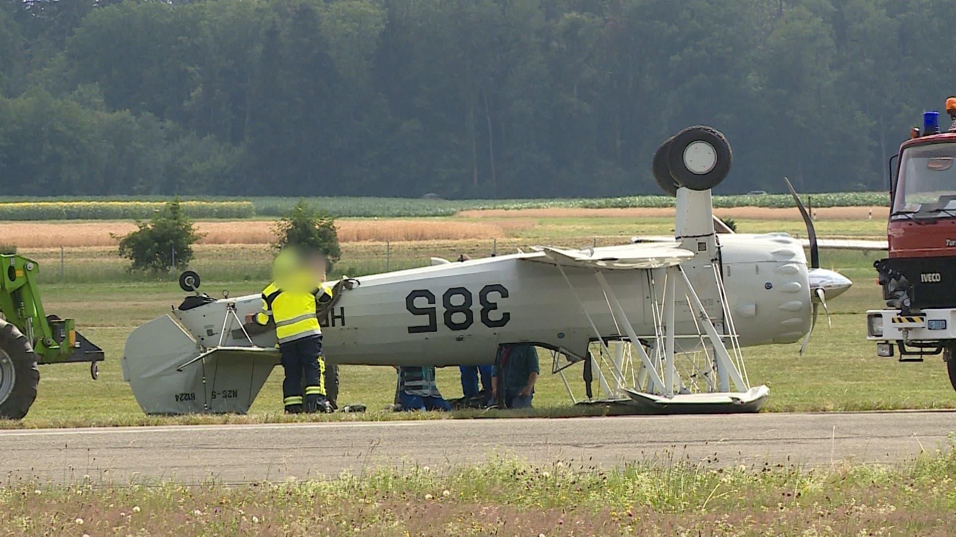 Das alte Flugzeug verunfallte unmittelbar nach der Landung. (Bild: Tele M1)