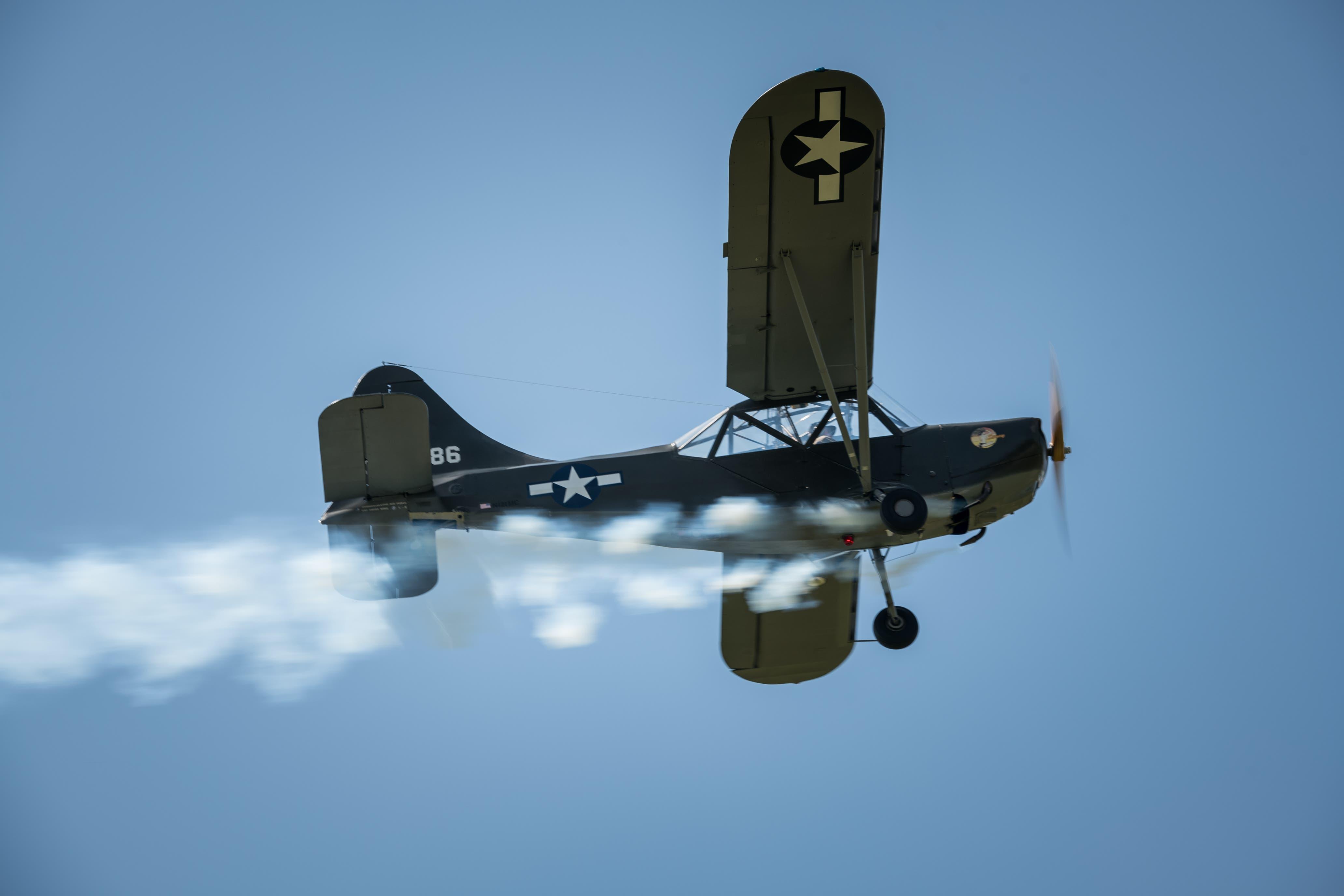 Start eines alten Kriegsflugzeug, der Rauch ist eine Täuschung für den Feind. (Bild: Roger Grütter)
