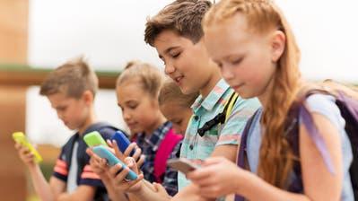 Kinder unter 16 Jahren dürfen laut den Bestimmungen von Whatsapp den Dienst nicht mehr nutzen. (Bild: Getty)