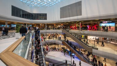 Am Eröffnungstag der Mall of Switzerland war der Andrang gross.  (Bild: Dominik Wunderli, 8. November 2017)