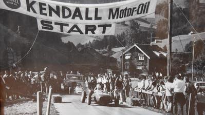 Kurt Stöckli fährt beim Start des ersten Hemberger Bergrennens vor. Es ist genau zu sehen, wie stark die hintere Achse des Autos verbogen ist. Die Zuschauer fanden den Weg an die Strecke, obwohl im Vorfeld offiziell keine Werbung gemacht wurde. (Bild: PD)