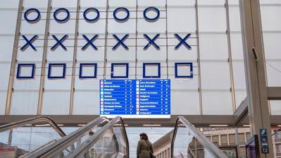 Stein des Anstosses: Die Anzeigetafel mit den Abfahrtszeiten und -orten der Busse am Bahnhofplatz an der Innenseite der Ankunftshalle. (Bild: Urs Bucher)
