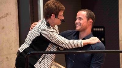 Gemeindepräsidentin Jaqueline Müller gratuliert Marcel Hug zum Ehrenbürgerrecht. (Bild: Andreas Taverner)