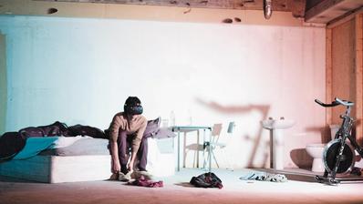 Mark Farid bei einem Testlauf für sein Projekt «Seeing I» in einer Londoner Galerie: Der britische Künstler plant, im Oktober dieses Jahres für 28 Tage in die virtuelle Welt abzutauchen. (Arebyte Gallery/PD)