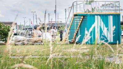 DerKunstcontainer auf der Hafenpromenade bei der Eröffnung. (Bild: Andrea Stalder)