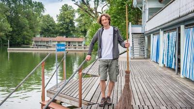 Renato Dietrich ist seit 16 Jahren Bademeister in den Drei Weieren. Jeden Morgen fegt er den Abfall von Badegästen zusammen. (Bild: Urs Bucher)