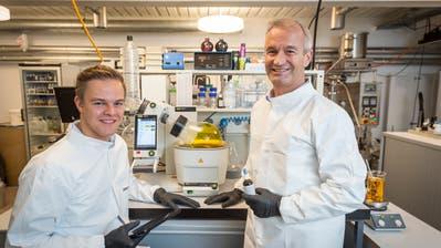 Florian (links) forscht und arbeitet parallel zum Studium mit Vater Daniel Strasser (rechst) bei Mivital. Bild: Hanspeter Schiess