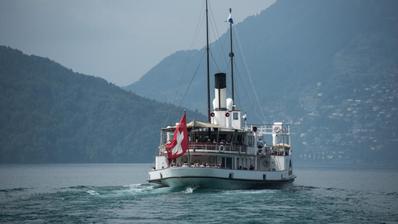 Das Dampfschiff«Stadt Luzern» fährt auf die Schiffsstation in Luzern zu. (Bild: Pius Amrein, 8. Mai 2018)