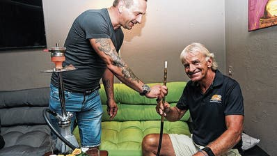 Präsident, neu Ehrenpräsident und Nichtraucher: Patrick Wirth bekommt von Shishabar-Betrieber Stefano Recine eine Wasserpfeife gereicht. (Bild: Christine Luley)