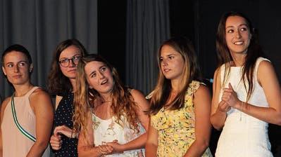 Diese Maturandinnen warten darauf, ihre Abschlusszeugnisse von Rektor Hanspeter Hitz entgegennehmen zu können. (Bild: Hugo Berger)