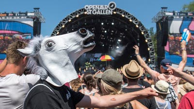 Showbusiness ist eben auch Business: Festivalbesucher am Sonntagnachmittag vor der Hauptbühne. (Bild: Urs Bucher)