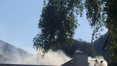 Rauch dringt aus dem Dachstock des Manor-Bürogebäudes. (Bild: Helene Lusti)
