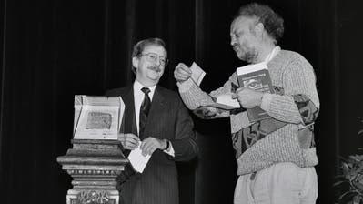 Stadtammann Heinz Christen überreicht Niklaus Meienberg im November 1990 im Theater St.Gallen den Kulturpreis der Stadt. (Bild: Stadtarchiv Ortsbürgergemeinde St.Gallen/Archiv Kühne+Künzler)