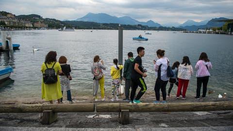 Touristen am Vierwaldstättersee beim Schwanenplatz in Luzern. Bild: Dominik Wunderli, 10. Juli 2018
