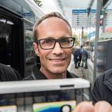 Markus Brüllmann mit einem Modell des Kreuzlinger Stadtbusses anlässlich einer Pressekonferenz zum Thema. (Bild: Reto Martin)