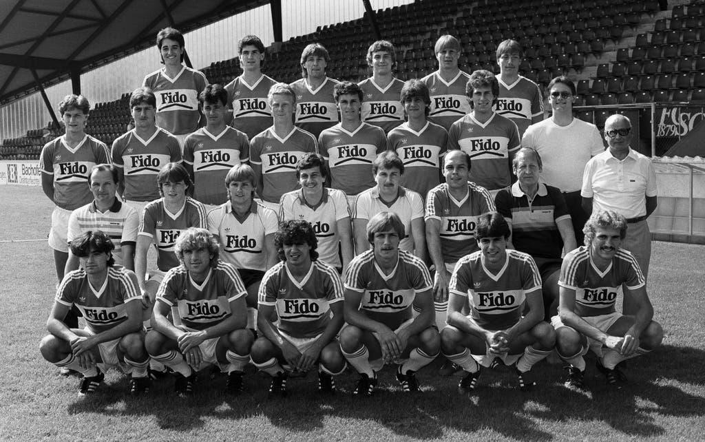 Das Kulttrikot Nummer 1: Das Espen-Team der Saison 1983/84 im Fido-Shirt. Auf dem Bild zu sehen sind Spieler wie Manfred Braschler (hinterste Reihe, 2.v.r.), Beat Rietmann (zweithinterste Reihe, 2. v.r.) und Christian Gross (zweitvorderste Reihe, 2.v.r.) sowie Trainer Helmuth Johannsen (zweitvorderste Reihe, 1.v.r.). (Bild: Keystone)