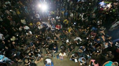 Das Höhlendrama als globales Echtzeitereignis. Journalisten warten auf die Rettung der Buben. (Bild: Sakchai Lalit)
