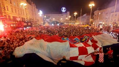 Kroatische Anhänger feiern in Zagreb den Sieg über England. (Bild: Keystone)