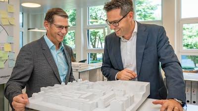 Vertragsunterzeichnung mit Andreas Widmer von der WWZ und CEO von Zug Estates Tobias Achermann (Bild: Christian H. Hildebrand, 12. Juli 2018)