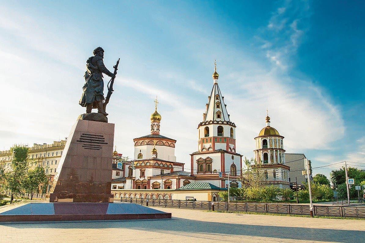Der Kosake erinnert an die Stadtgründung 1661, dahinter die Epiphanias-Kathedrale.