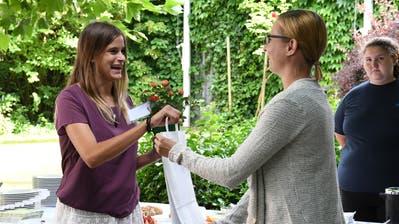 Michelle Hunziker bekommt von Abteilungsleiterin Ilona Ghenzi ihre Unterlagen überreicht. (Bild: Rita Kohn)