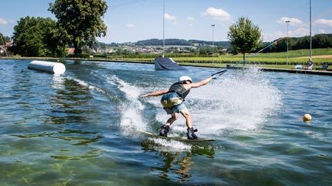Ein Wakeboarder schiesst am Lift durchs KefikerNaturbad. (Bilder: Reto Martin)