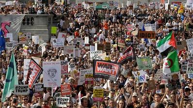 Zehntausende demonstrieren gegen Trump-Besuch in Grossbritannien