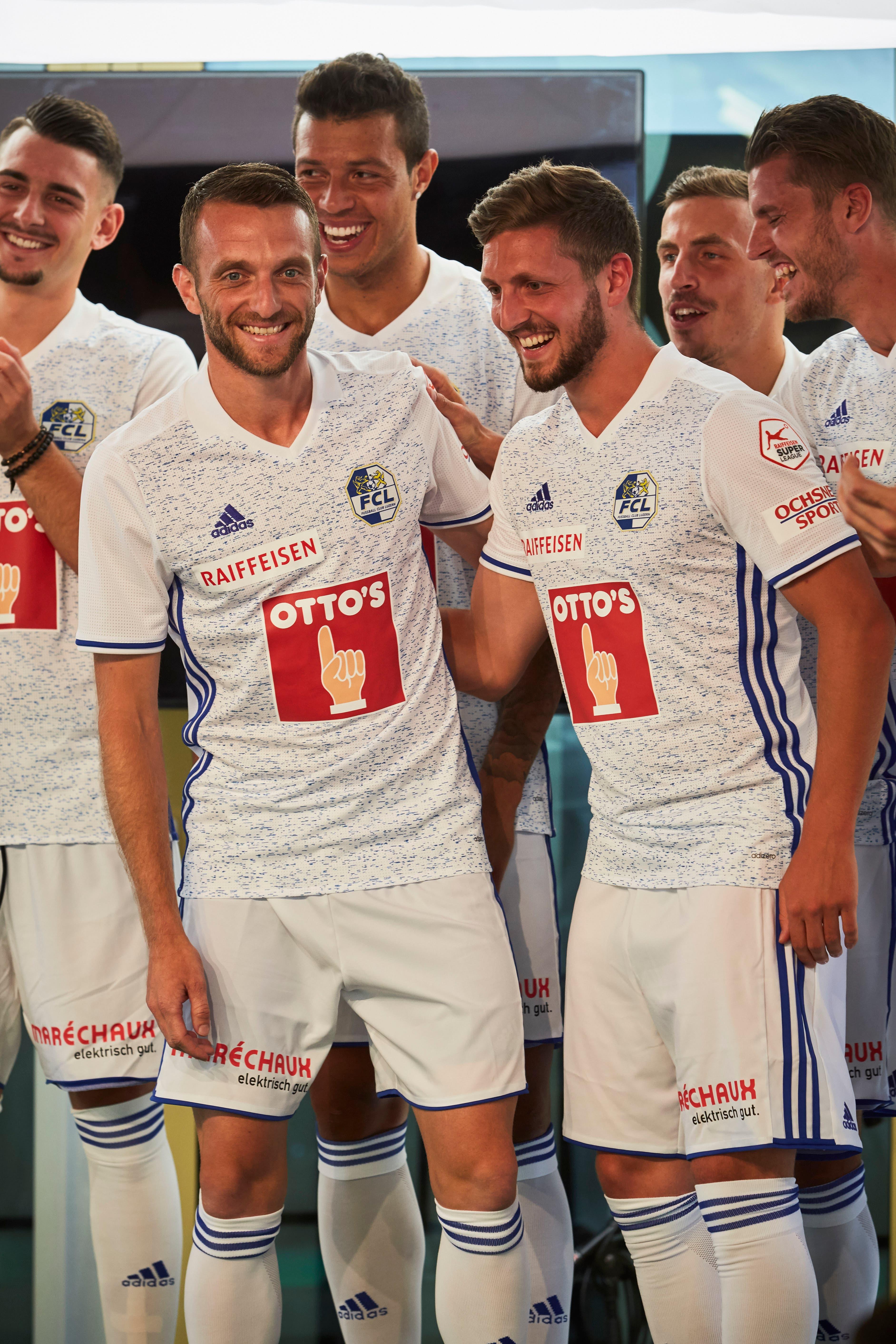 Christian Schneuwly (links) und Pascal Schürpf präsentieren das neue FCL-Auswärtsdress. (Bild: Jakob Ineichen (Luzern, 15. Juli 2018))