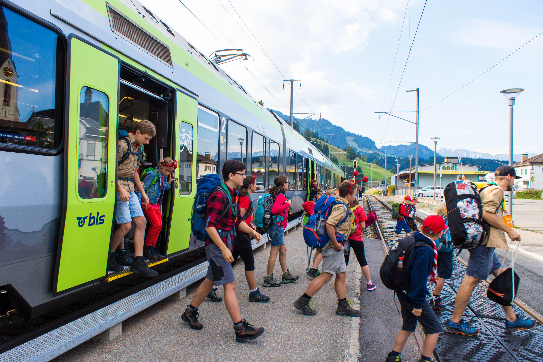 Die ersten Kinder treffen in Escholzmatt ein. (Bild: Dimitri Gwinner v/o Sherpa)