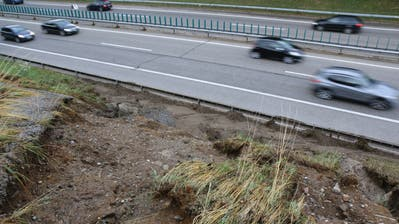 Am Montagmorgen kurz vor 7 Uhr: Das Ausmass des Schadens an der Autobahnböschung bei Wil wird sichtbar, und erinnert an das noch verheerendere Ereignis vom 14. Juni 2015. (Bild: Hans Suter)