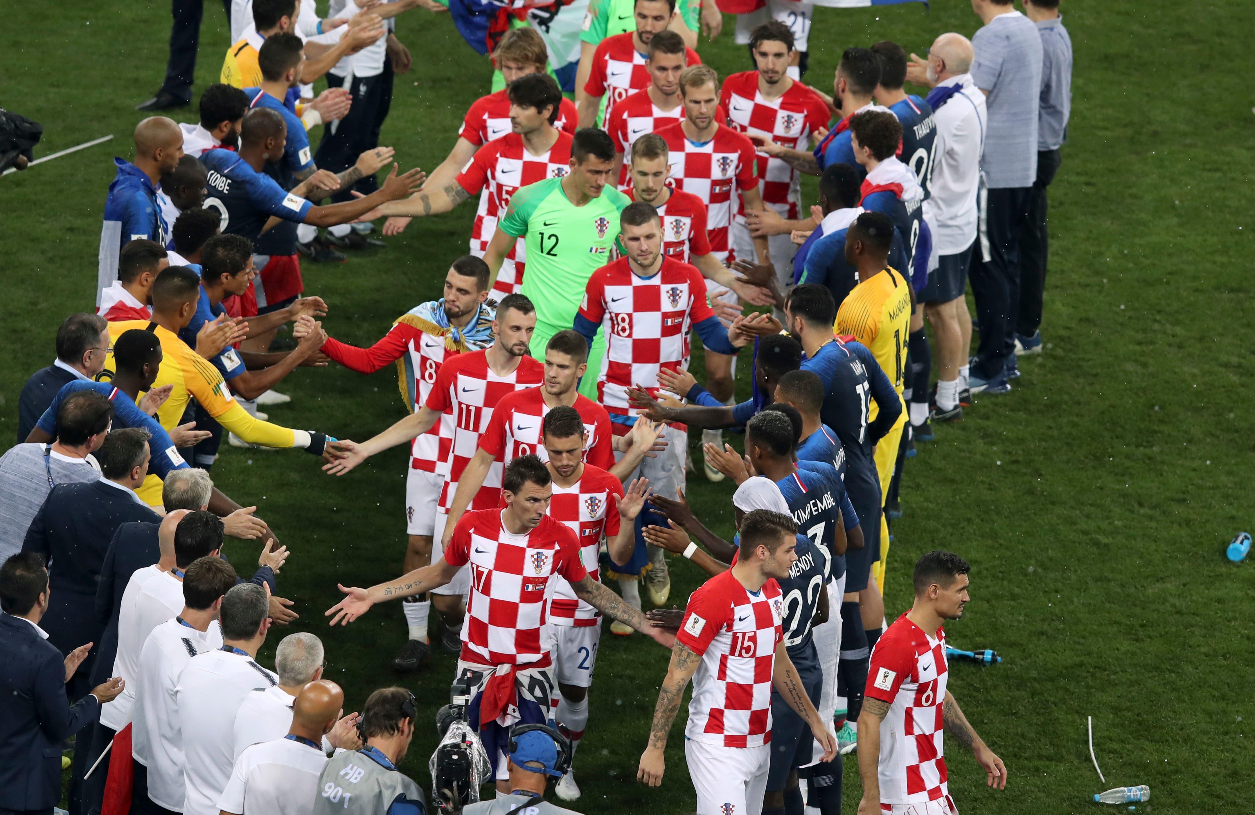 Die Franzosen stehen Spalier für die Kroaten kurz vor der Medaillenübergabe (Bild: Thanassis Stavrakis / AP)